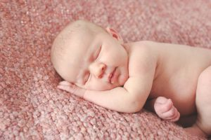 Sweet newborn images by Little Earthling Photography. Bellingham newborn photographer.